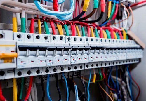 Un quadro elettrico con dei cavi