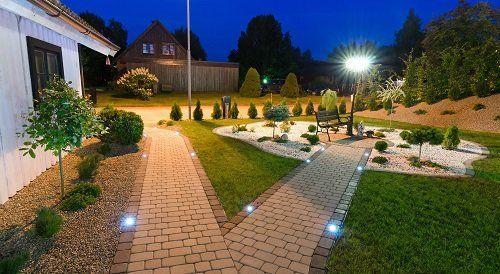 pavimentazione illuminata in  un giardino durante la sera