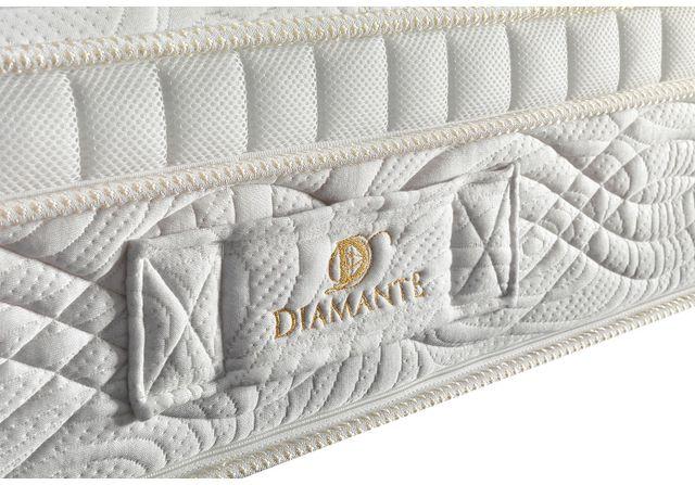 Primo piano di un materasso con marchio scritto in filo oro