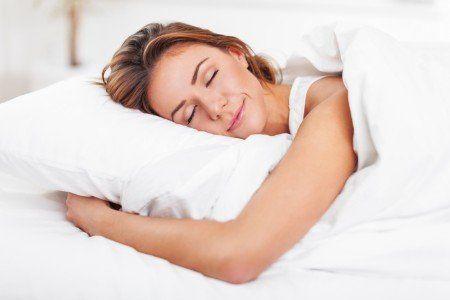 donna che dorme felice