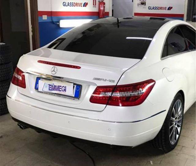 auto bianca con vetri oscurati