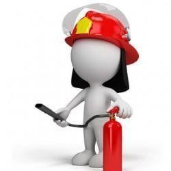 un omino con un casco da pompiere e un estintore in mano