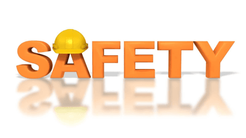 una scritta Safety con un casco antinfortunistico