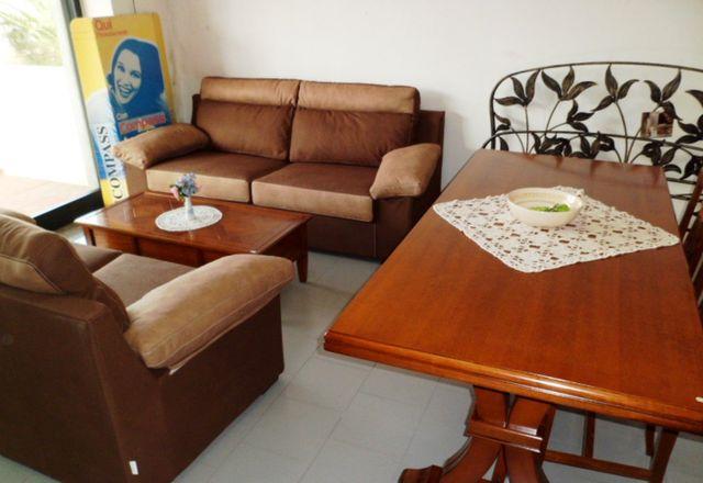 esposizione di divani e poltrone in pelle,mobili in legno,testate del letto in ferro battuto e quadri al muro
