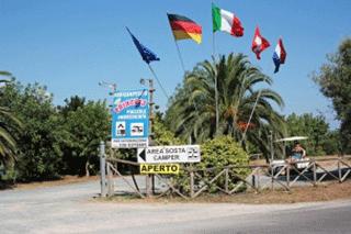 delle bandiere di alcune nazioni e dei cartelli