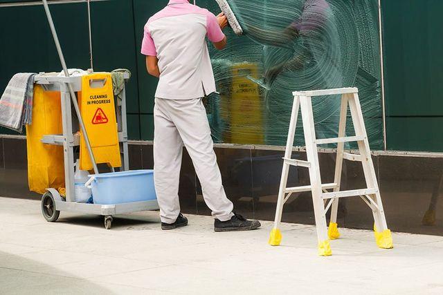 Un operaio pulisce una vetrata