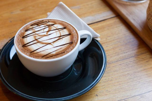 una macchina del caffè e sotto delle tazze