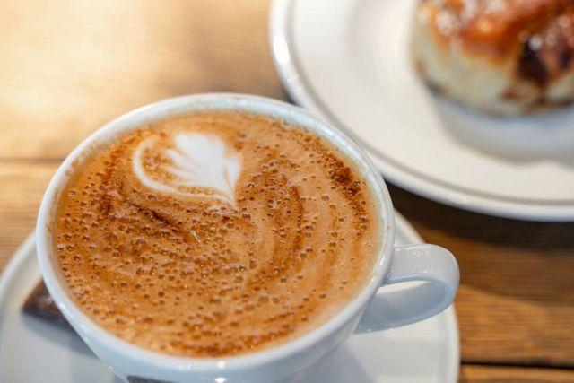 una tazza di caffè con dei chicchi