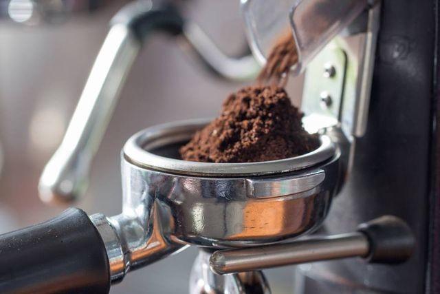 dei chicchi di caffè in una macina