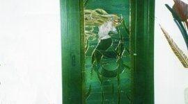 porta con vetro verde decorato