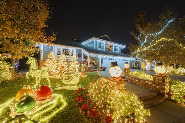 Hanging Up Christmas Lights Here S How To Do It Without