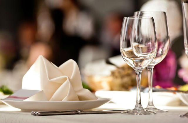un piatto con un tovagliolo e due bicchieri