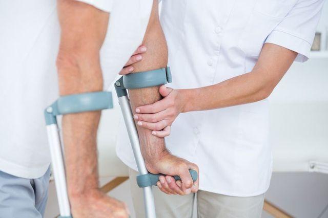 Infermiera insegnando a un paziente come usare le