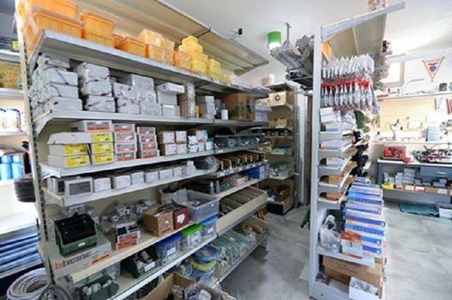 Vista dello stabilimento dove si vede un ampio assortimento di prodotti