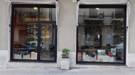 vetrina del negozio d'abbigliamento