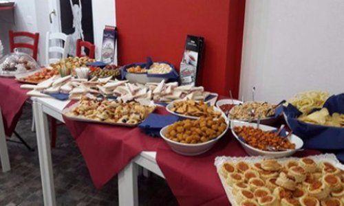 buffet di tartine, tramezzini e salatini durante un aperitivo