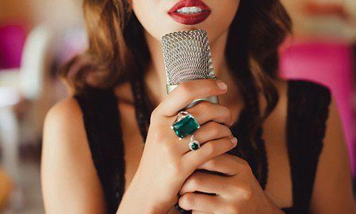 Giovane donna di bellezza musica canzone