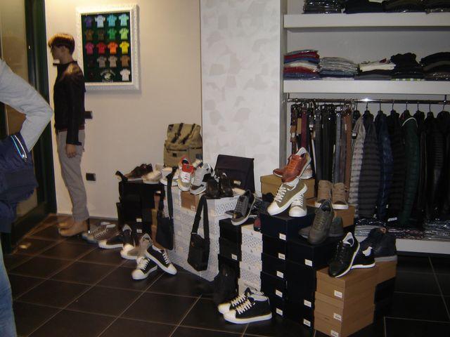 abbigliamento donna su appendiabiti presso lo showroom