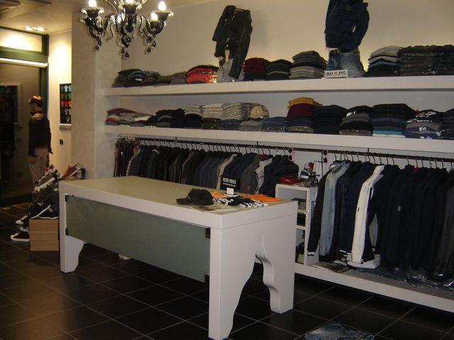 abbigliamento uomo su appendiabiti presso lo showroom