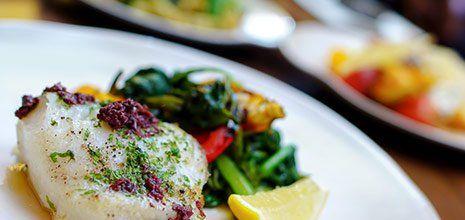 piatto di pesce con verdure