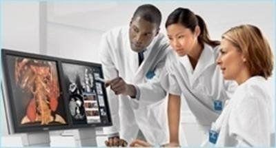 équipe di medici davanti a radiografie