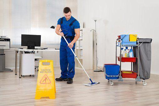 uomo che pulisce ufficio-impresa pulizie-Triggiano Bari