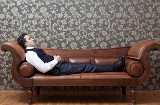Uomo tirato in un divano