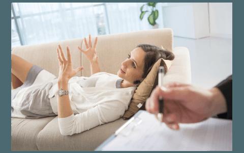 Donna tumbada nel sofà parla con il medico specialista e gesticola
