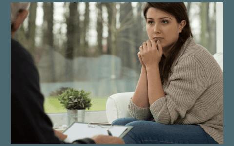 Donna ascoltando con faccia seria allo specialista