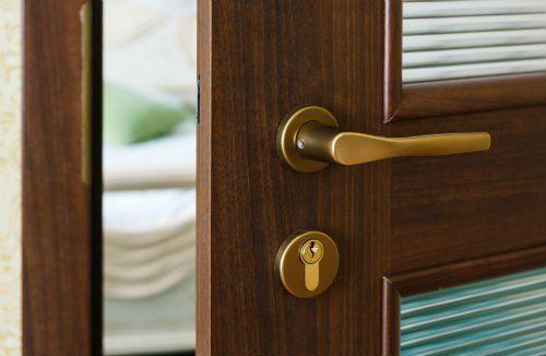 una maniglia di una porta in legno