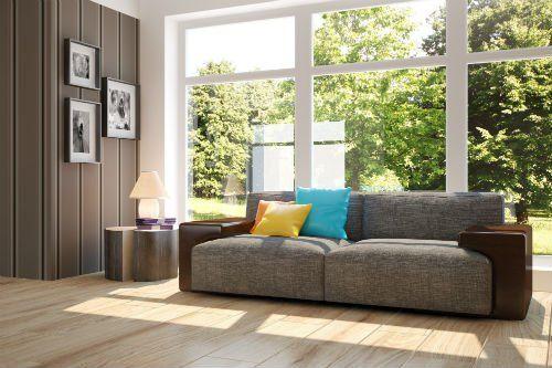 un divano vicino a una finestra