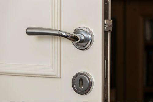 una maniglia di una porta bianca