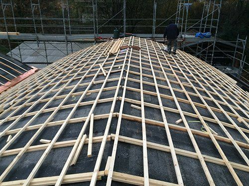 Operaio lavorando sul tetto a Varese