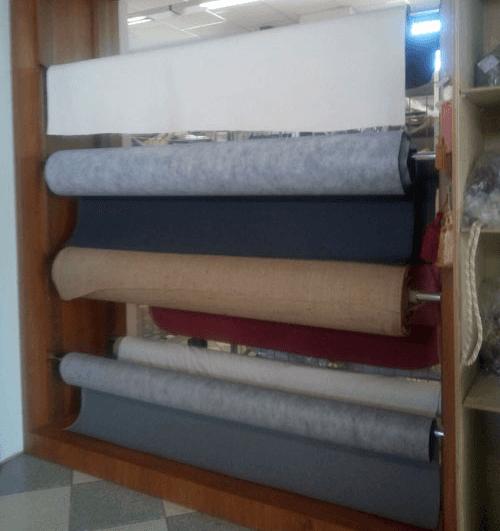 dei rotoli di esempi di tessuti di diversi colori