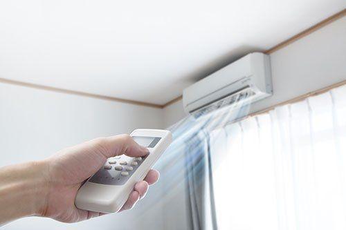 un telecomando mentre accende una aria condizionata