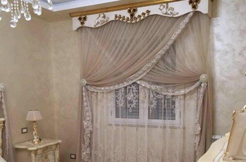 vista interna di una casa con tende transparente e arredamenti