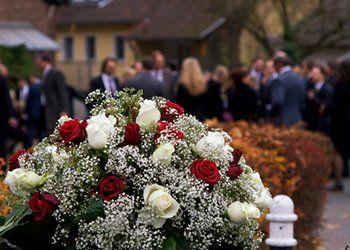 addobbi floreli durante una cerimonia funebre