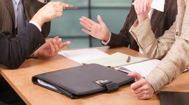 persone mentre discutono durante una riunione