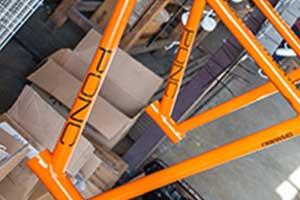 tubi di ferro arancioni con una scritta