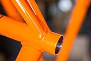 un tubo di ferro arancione