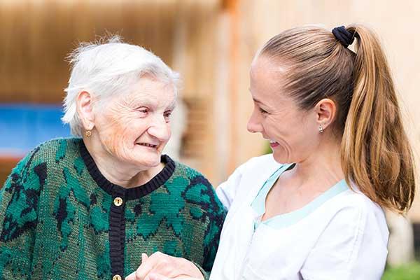 Badante che assiste una donna anziana - Nuova Assistenza - Parma