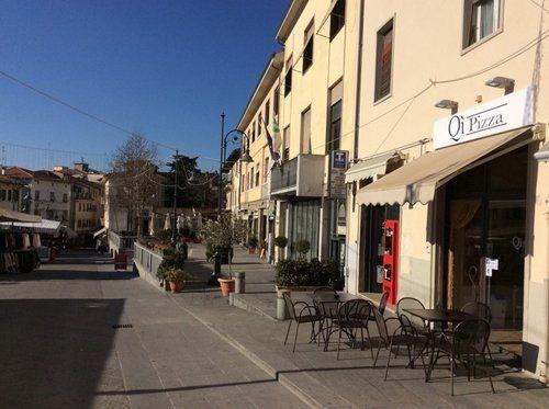 Strada e insegna della pizzeria QI Pizza ad Arezzo