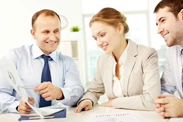 un uomo che mostra un documento ad altre due persone