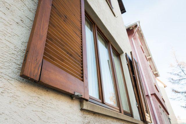 vista dal basso di una finestra in legno