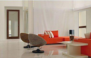 un salotto moderno con due poltrone rotonde in paglia e dei divani rossi