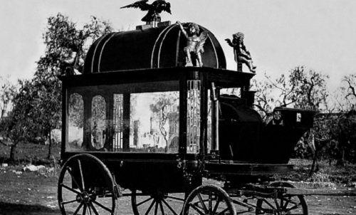 un'antica carrozza che fungeva da carro funebre