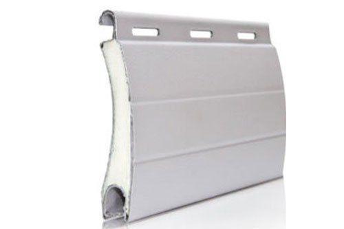 una struttura di metallo color bianco per tendaggi