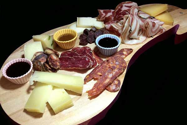 tagliere di salumi e formaggi tipici del Cilento