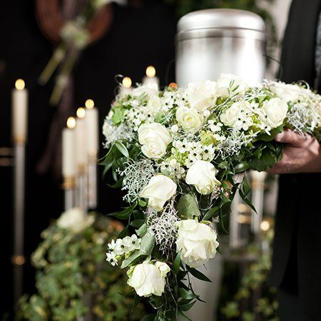 cuscini funebri realizzati con fiori recisi di ogni tipologia, su richiesta della clientela. Gli addobbi saranno consegnati direttamente presso il luogo prescelto dove avverranno le esequie, al fine di poter testimoniare l'affetto di amici, parenti e conoscenti.