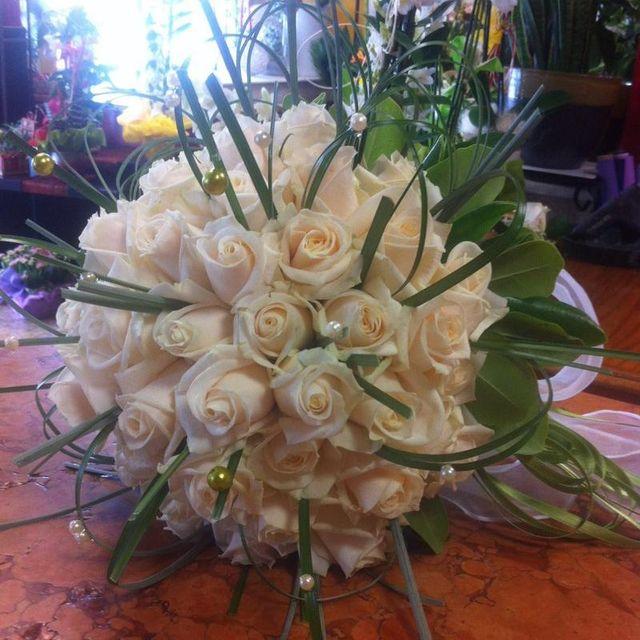 Bouquet di rose con tocco di nastri verdi e di perle per la sposa